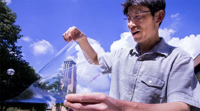 Trưởng nhóm nghiên cứu, Giáo sư Jay Guo với chất dẻo trong suốt dẫn điện.