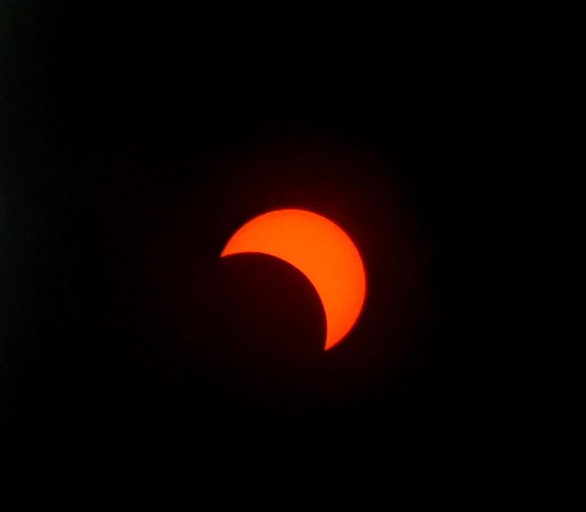 Khi zoom lên để chụp nhật thực, hình ảnh từ máy cho ra khá nhiễu nhưng vẫn có thể nhìn rõ các chi tiết.