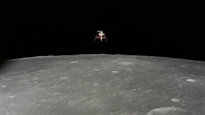 Phi hành đoàn Apollo 12 đã hạ cánh xuống gần nhất có thể so với điểm dự kiến.