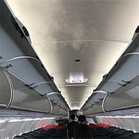 """Vì sao máy bay """"mở điều hòa"""" tỏa hơi sương mỗi khi cất, hạ cánh?"""