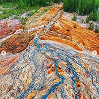 """Kỳ bí """"dòng nước lũ"""" màu da cam chảy cuồn cuộn ở Nga"""