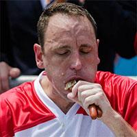 """Tại sao nhà vô địch ăn nhanh có thể """"xơi"""" 74 chiếc xúc xích trong 10 phút?"""