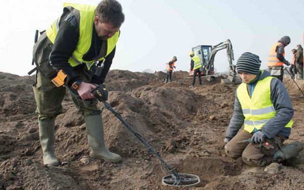 Nhà khảo cổ nghiệp dư René Schön cùng cậu học trò nhỏ