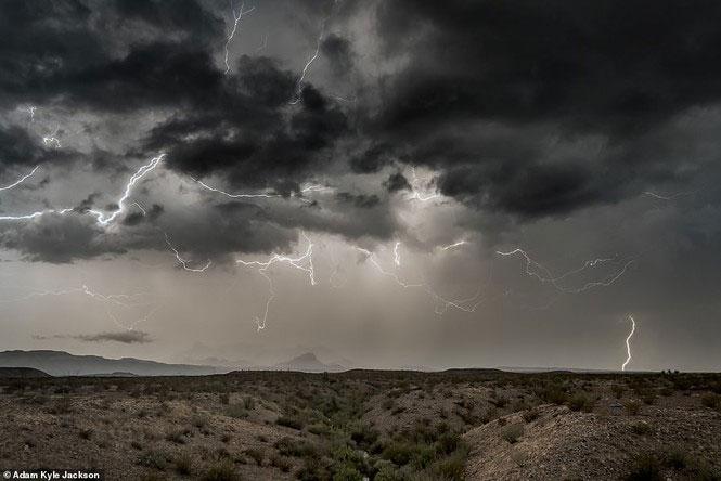 """Bầu trời chằng chịt """"lưới điện"""" ở Công viên quốc gia Big Bend ở Texas"""