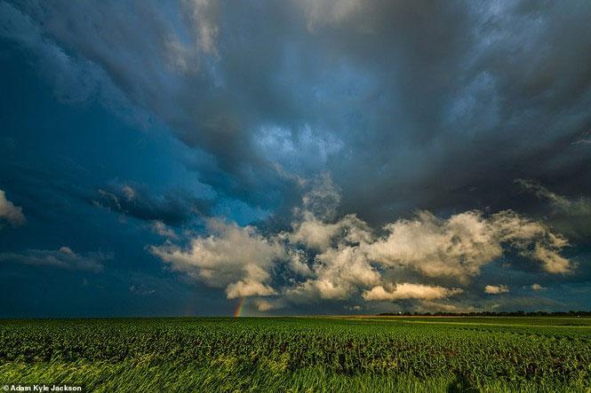 Cầu vồng le lói phía xa chân trời ở Tecumseh, Nebraska.