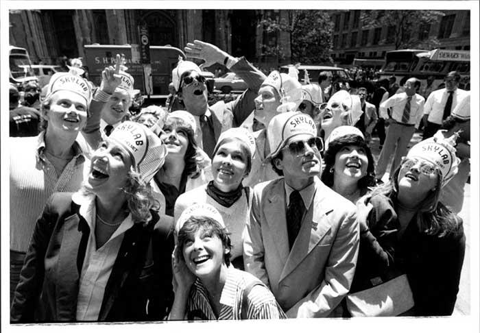 Một nhóm người tại New York chờ đón Skylab rơi xuống đất vào tháng 7/1979.