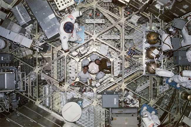 Không gian bên trong trạm vũ trụ Skylab.