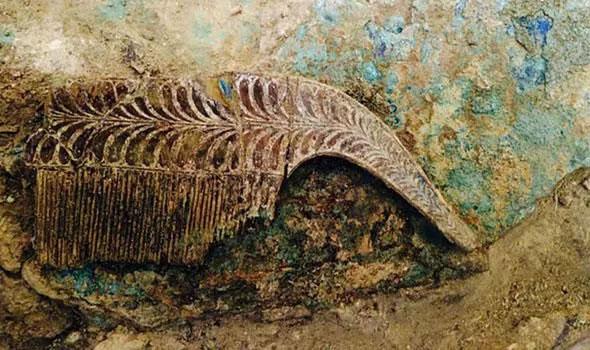 Chiếc lược ngà trong cổ mộ.
