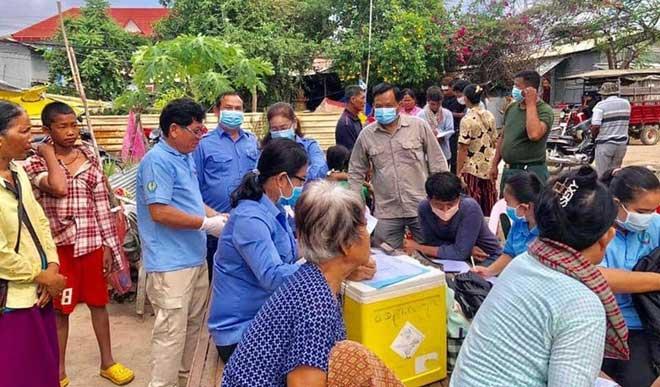 Người dân làng Poipet được kiểm tra sức khỏe sau khi dịch bệnh lạ xuất hiện.