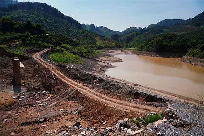 Đoạn đập bị vỡ tại hồ chứa Shazixi sau khi mưa lớn tại huyện Dương Sóc.