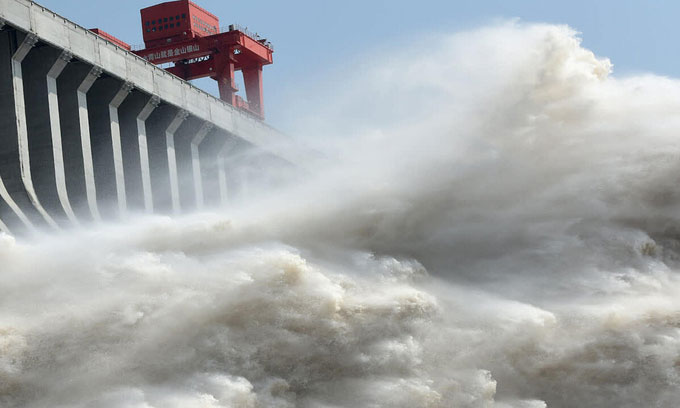 Đập Tam Hiệp tại tỉnh Hồ Bắc, Trung Quốc, xả lũ hôm 15/7.