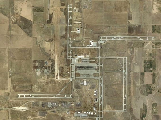 Nhìn từ trên cao, các đường băng tạo thành hình chữ Vạn.