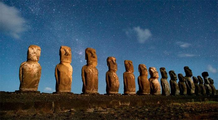 Những tượng đá cổ trên đảo Rapa Nui, còn được gọi là Đảo Phục Sinh.