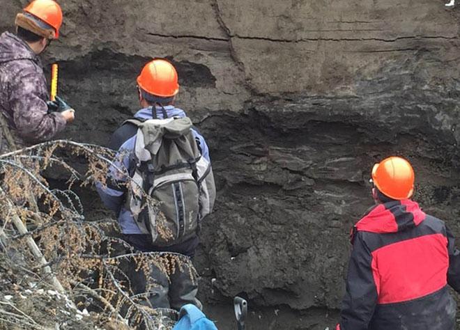 Các nhà địa chất học nghiên cứu lớp đất đá tại hố tử thần Batagaika