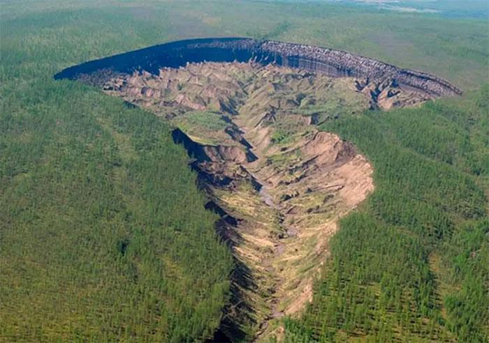 Hố tử thần Batagaika dài 1.000 mét, chỗ rộng nhất là 750 mét và sâu 86 mét.