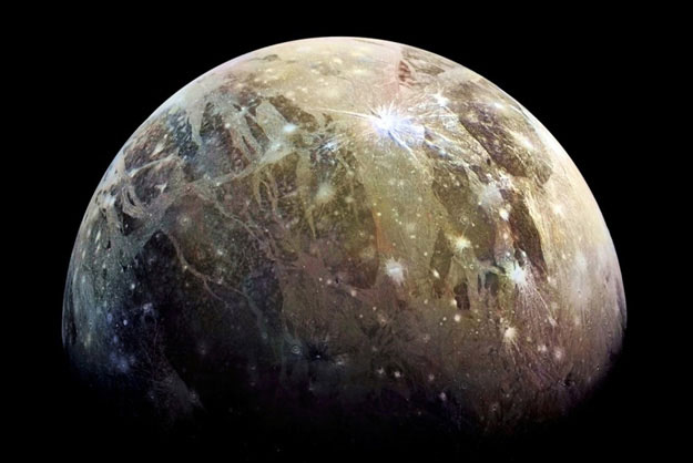 Cận cảnh mặt trăng to nhất Hệ Mặt trời, to hơn cả sao Thủy
