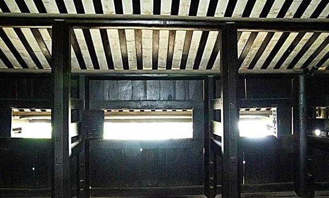 Thanh gỗ được ghép bằng kỹ thuật ghép mộng, không dùng đinh.