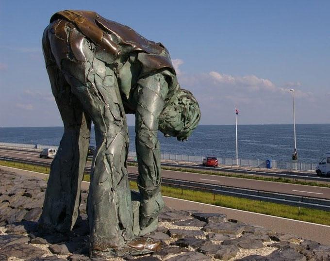 Cách đó không xa là tượng đài của những người đã trực tiếp đặt từng viên đá xây nên công trình đáng ngưỡng mộ này.