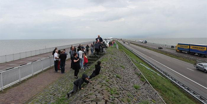 Rộng 90m, dài 32km, cao 7,25m trên mực nước biển, trên mặt đê có 4 làn xe chạy