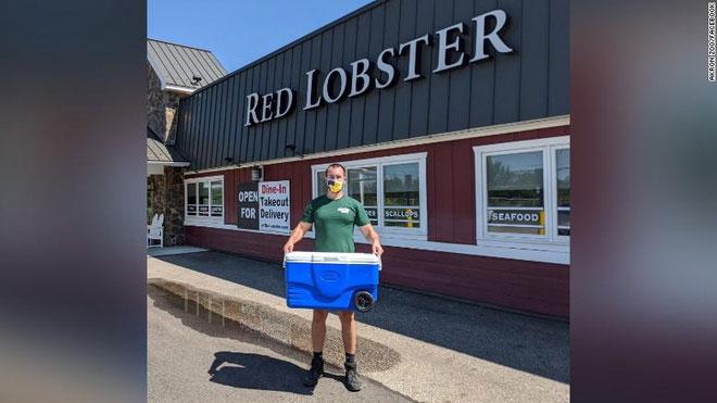 Nhân viên sở thú đến nhà hàng Red Lobster để tiếp nhận con tôm hùm xanh.