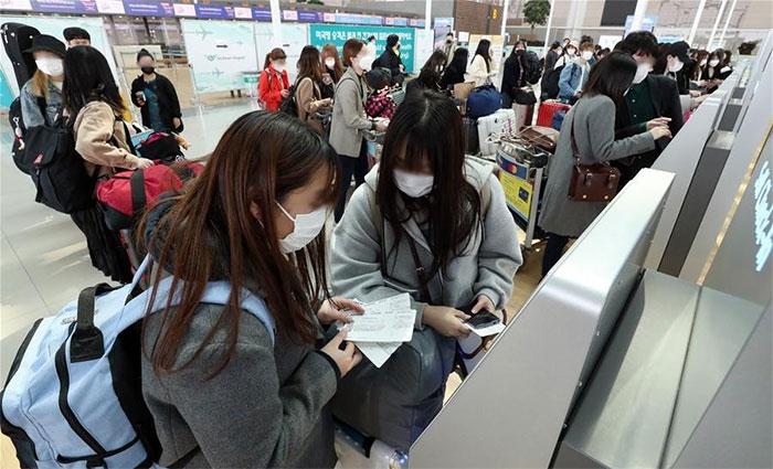 Hành khách tại sân bay quốc tế Incheon, Hàn Quốc.