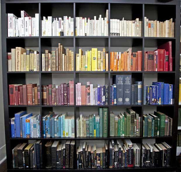 Không phải thể loại, bạn nghĩ sao về việc đến một thư viện mà sách được xếp theo... màu?
