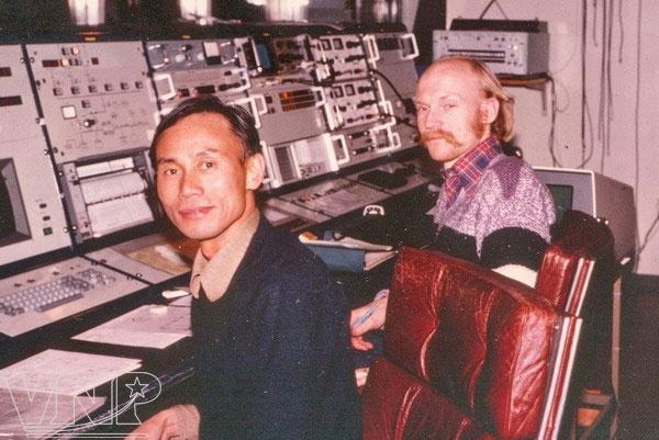 Nhà vật lý thiên văn Nguyễn Quang Riệu tại đài quan sát không gian Onsala, Thụy Điển năm 1982