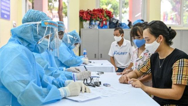 Người dân đến khai báo làm xét nghiệm test nhanh tại Hà Nội.