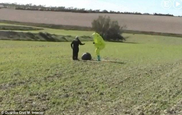 Các chuyên gia quân sự của Thổ Nhĩ Kỳ kiểm tra quả cầu từ trên trời rơi xuống gần thành phố Sakarya Karasu.