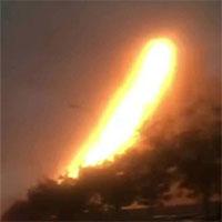 """Sét đánh vào đường dây điện cao thế, cả tòa nhà cao tầng """"phun lửa"""" khiến nhiều người kinh hãi"""