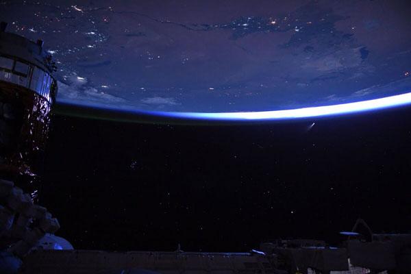 Sao chổi xuất hiện trên nền trời đêm