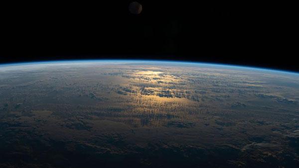 Ánh sáng mặt trời chiếu rọi xuống những đám mây bao phủ vùng biển phía nam Thái Bình Dương
