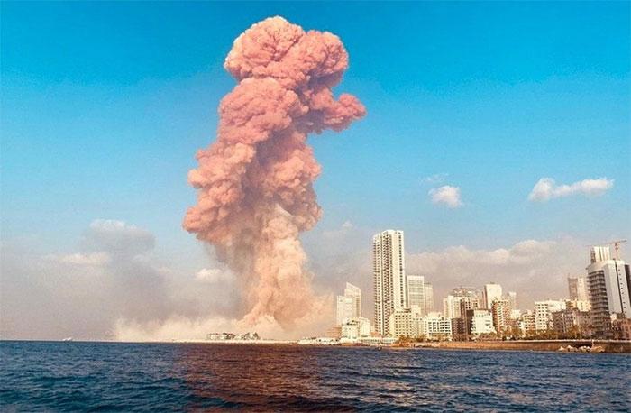 Cột khói lớn bốc lên từ vụ nổ tại cảng Beirut
