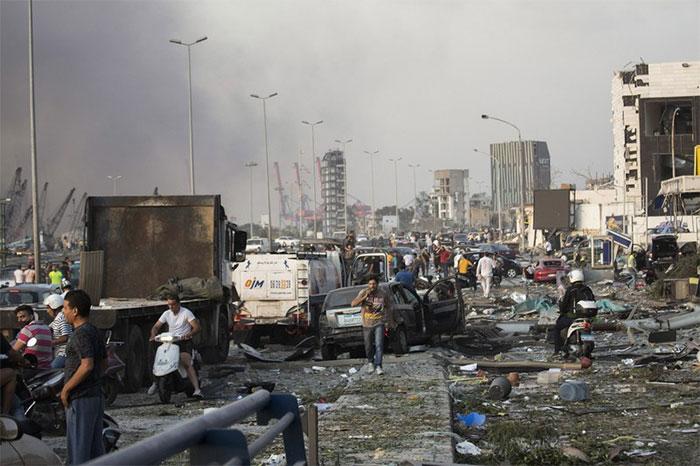 Đường phố Beirut gần khu vực bến cảng ngổn ngang xe cộ và người