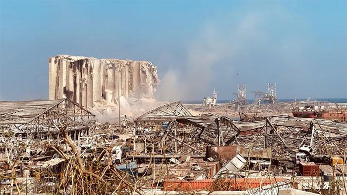 Khung cảnh Beirut hoang tàn sau vụ nổ.