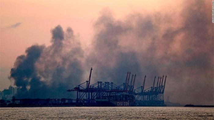 Khói bốc lên từ cảng Beirut.