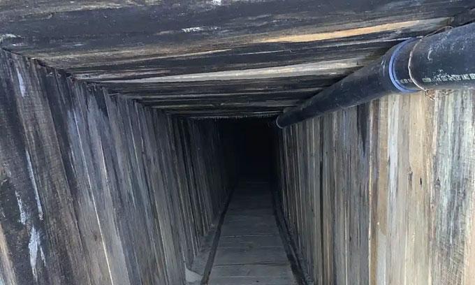 Bên trong đường hầm được gia cố chắc chắn, có hệ thống đường ống nước, đường ray, đường điện.
