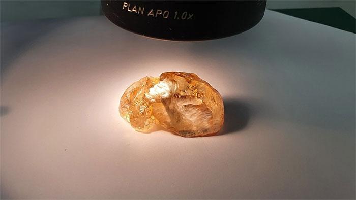 Viên kim cương màu hổ phách ở dạng thô.