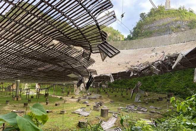 Kính viễn vọng tại Đài quan sát Arecibo bị vỡ một phần sau sự cố đứt cáp đỡ bệ kim loại.