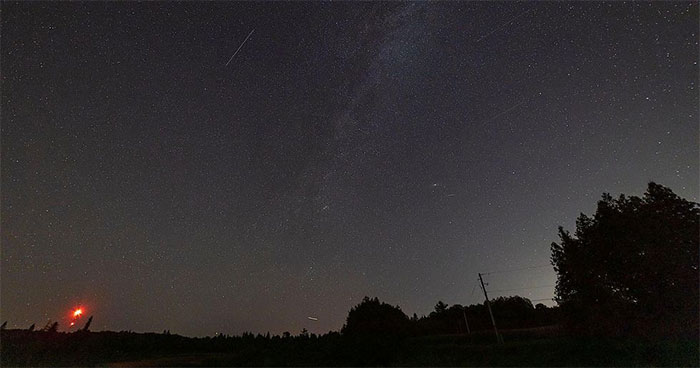 Dải Ngân hà, một tia sao băng bay thấp và một tháp viễn thông.