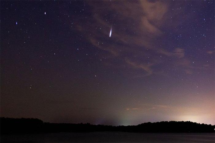 Hình ảnh trông giống như một quả cầu lửa Perseid sáng rực vào đêm cao điểm của trận mưa sao băng.