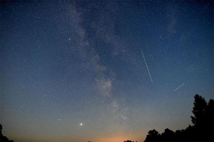 Trong một khung hình có một vài ánh sao băng Perseids, dải Ngân hà, sao Mộc và sao Thổ