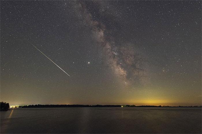 Quả cầu lửa Perseid này được nhiếp ảnh gia Malcolm Park nhìn thấy trên một hồ nước ở Ontario,Canada