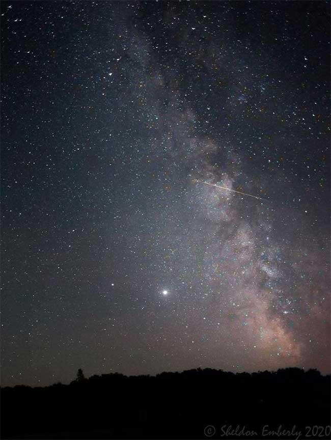 Một ánh sao băng Perseid khác đi qua dải Ngân hà được nhiếp ảnh gia Sheldon Emberly chụp.
