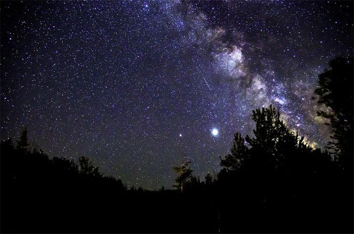 Một ánh sao băng Perseid đơn độc đóng vai phụ bên cạnh dải Ngân hà sôi động
