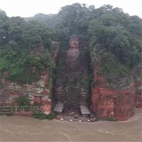 Nước lũ dâng đến chân tượng Phật khổng lồ ở Tứ Xuyên