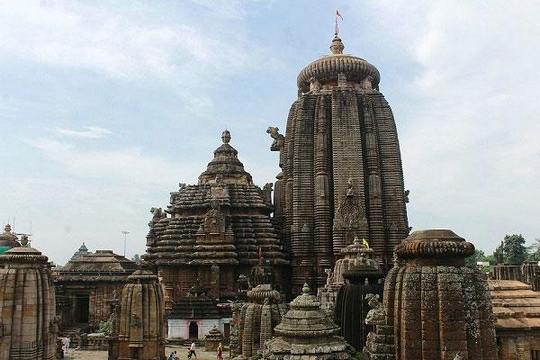 Kiến trúc mô phỏng phong cách kiến trúc Kalinga huy hoàng trước khi bị phá hủy bởi quân đội của Ashoka Đại đế.