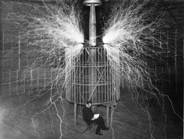 Tesla và thiết bị phát sóng khổng lồ của ông tại phòng thí nghiệm Colorado Springs năm 1899.