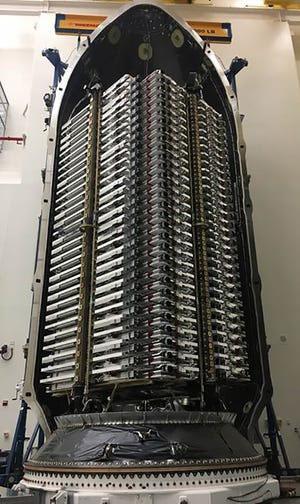 Một tên lửa Falcon 9 mang hàng chục vệ tinh Starlink để phóng lên không gian