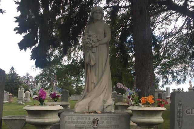 Bức tượng được dựng bên cạnh mộ của Julia